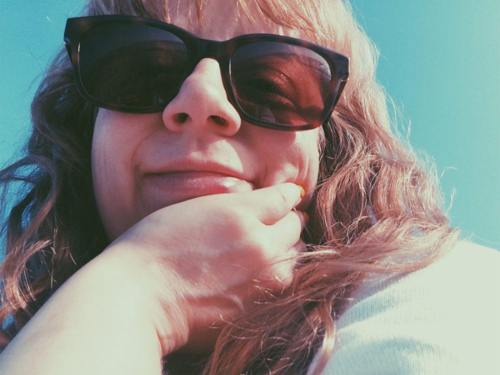 Sofie med solbriller